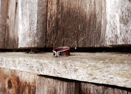Кольцо `Подкова`. Это незамысловатое лаконичное кольцо из меди удобно своим регулируемым размером и универсальностью - оно подойдет как мужчинам, так и женщинам на все случаи жизни. А вставки из цветного стекла, ненавязчиво светящиеся…