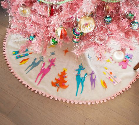 50 Indoor Decoration Ideas for Christmas that will Spark Your Creativity this Year - The Trending House Pink Christmas Tree, Merry Little Christmas, Modern Christmas, Christmas Holidays, Christmas Ornaments, Christmas Ideas, Retro Christmas Decorations, Vintage Christmas Decorating, Bohemian Christmas