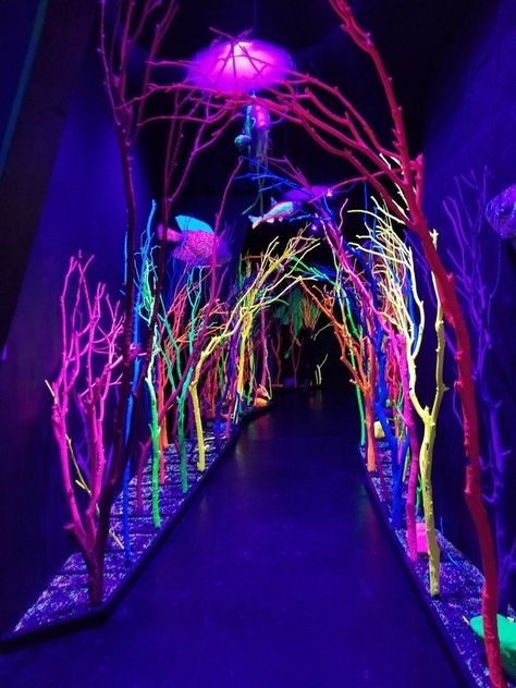 art installation Sometimes finding the light is as simple as illuminating the scene. Neon Lighting, Outdoor Lighting, Lighting Design, Light Art Installation, Instalation Art, House In Nature, Neon Aesthetic, Glow Party, Neon Lights Party