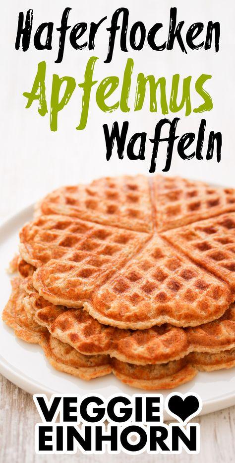 Gesunde Frühstücksideen: Hier ist ein einfaches und schnelles Waffelrezept für gesunde Haferflockenwaffeln mit Apfelmus. Die Haferflocken Waffeln sind ohne Zucker, ohne Mehl, ohne Ei, ohne Butter und ohne Milch. Das Rezept ist vegan, milchfrei, eifrei und weizenfrei. Die Apfelmuswaffeln sind ein leckeres veganes Frühstück oder gesunder Snack für zwischendurch. Auch Kinder essen die gesunden Waffeln sehr gern. #VeggieEinhorn #frühstücksideen #gesundewaffeln #haferflockenwaffeln #waffelnohnezucker