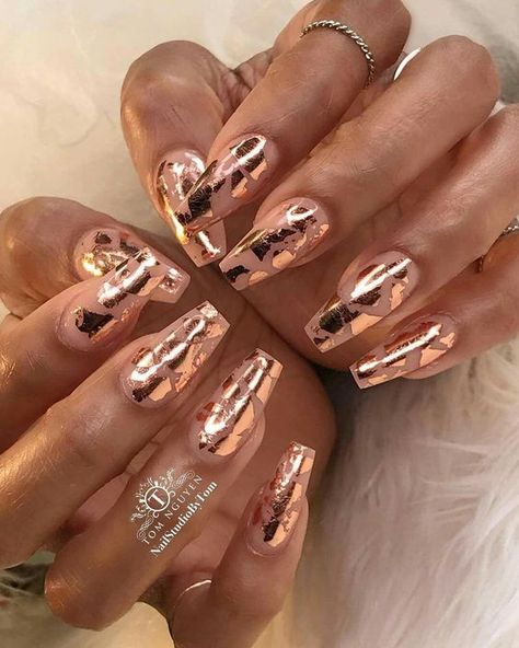In nail art design, metal foil can be skillfully used to create a fashionable and exquisite appearance. Gold foil allows you to create shiny nail designs, whether natural or artificial. The idea of reinventing nail art with gold foil is not difficult