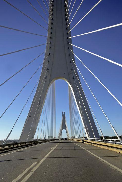 De brug bij Portimao in Portugal. Een van de must sees tijdens je roadtrip. Meer inspiratie? Kijk op het blog van Sunny Cars.