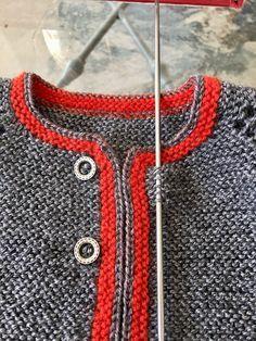c03b2b95e Jersey austriaco de bebé de lana gris con borde rojo hecho a mano ...