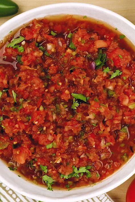 The BEST fresh salsa recipe, it has an addictive flavor! Made with fresh tomatoes and lots of other fresh ingredients. Just like what you get in Mexican restaurants! #salsa #recipe #mexican #food
