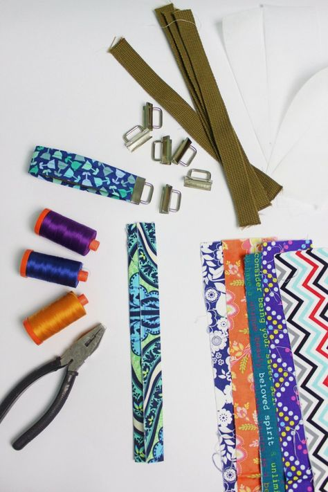 Great Absolutely Free quick Sewing gifts Style Key Fob Tutorial Teacher Appreciation Week quick to sew gift Small Sewing Projects, Sewing Projects For Beginners, Sewing Crafts, Tape Crafts, Diy Jewelry To Sell, Diy Keychain, Keychains, Keychain Ideas, Key Fobs