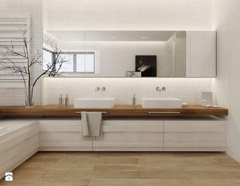 Bardzo fajna, ciepła łazienka, chociaż wolelibyśmy unikać małych płytek (mozaiki?). (-) wystające ponad poziom szafki umywalki