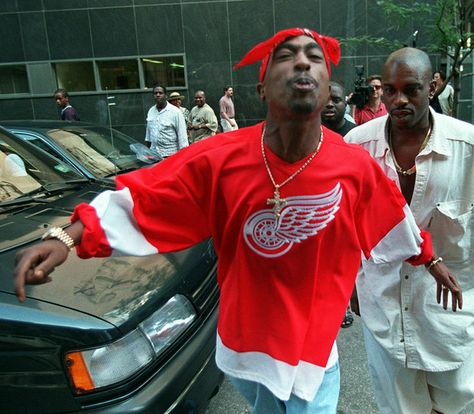 NOTABLE COLD CASES <=> * FILE **Rap star Tupac Shakur spits in the direction of reporters as he leaves state Supreme Court in New York, in this July file photo. Shakur died on Sept. the victim of a drive-by shooting. Steve Mcqueen, Estilo Cholo, Tupac Pictures, Looks Hip Hop, Tupac Makaveli, Estilo Hip Hop, Arte Hip Hop, Oldschool, Hip Hop Rap