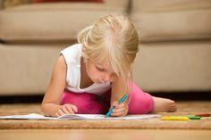 Linkshänder zu sein, bedeutet so viel mehr, als nur die linke Hand beim Schreiben zu bevorzugen. Wie Sie Ihren kleinen Linkshänder fördern können. © iStock