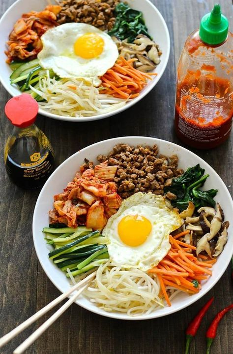 This 30 Minute Korean Bibimbap Recipe is a mix of sesame fried vegetables, mince. This 30 Minute Korean Bibimbap Recipe is a mix of sesame fried vegetables, minced beef & kimchi, served with rice & a fried egg for a delicious stir fry! Korean Bibimbap, Bibimbap Bowl, Bibimbap Sauce, Bibimbap Recipe Easy, Korean Bulgogi, Pho Recipe Easy, Mukbang Korean, Korean Recipes, Korean Food Recipes