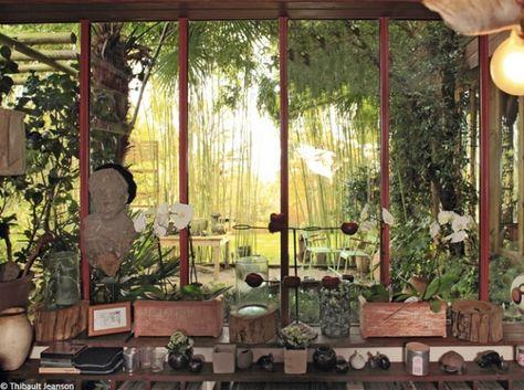 Une #verrière abolit les frontières.La #végétation se prolonge à l'intérieur de la maison où des #bibelots d'esprit #nature entrent discrètement... #deco #outdoor