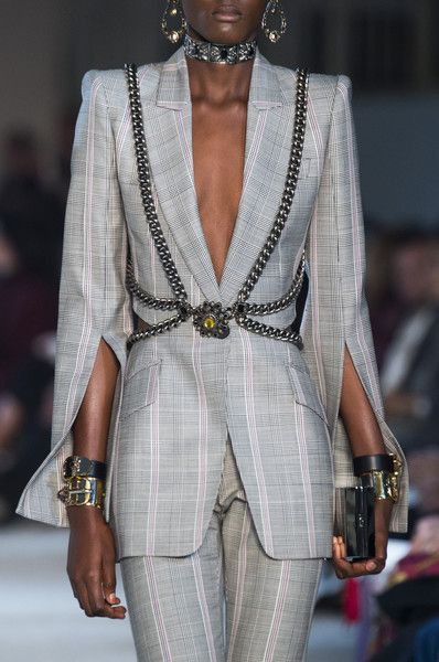 Alexander McQueen at the Paris Fashion Week in spring 201 .- Alexander McQueen auf der Paris Fashion Week im Frühjahr 2019 Details der Star… Alexander McQueen at the Paris Fashion Week in the spring of 2019 details of the runways -