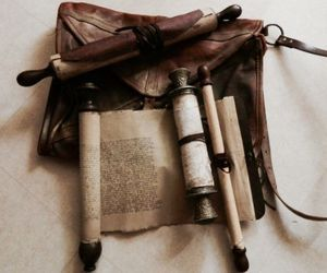 HISTORIC CONNECTIONS scrolls from library of Alexandria. film agora (making my own with rolling pins & tea stained contact paper wrapped with leather strips. Larp, Library Of Alexandria, Cleric, Water Tribe, Le Far West, Story Inspiration, Writing Inspiration, Character Inspiration, Fantasy Inspiration