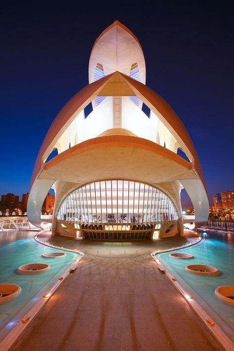 Opéra, Valencia, Espagne#L'opéra a été conçu par l'architecte Santiago Calatrava Valls. Connu aussi sous le nom de Palais des Arts Reine Sofía, il s'inscrit dans un style architectural futuriste. Composé de plusieurs plateformes liées par des escaliers, il rappelle tantôt un coquillage gigantesque, tantôt une plume érigée vers le ciel. L'opéra peut accueillir plus de 15000 personnes autour de 4 axes : la musique, l'opéra, le ballet et le théâtre.#Ornormes#32,4,7