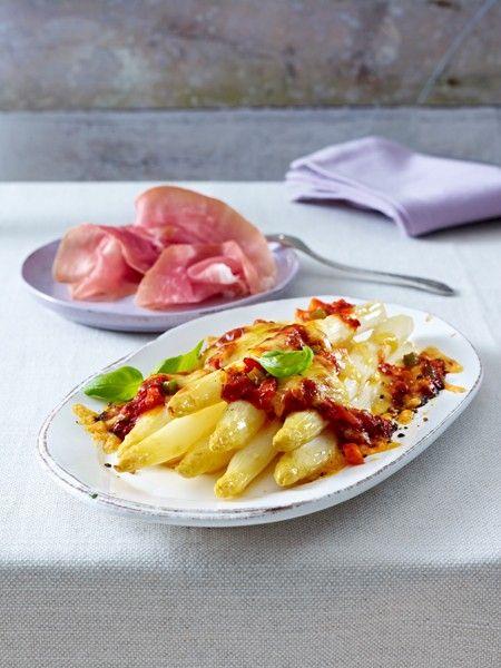 Zutaten (4 Personen)  je 1 kleine gelbe und grüne Paprikaschote, 200 g Möhren, 1 mittelgroße Zwiebel, 1,5 kg weißer Spargel, 5 Stiele Basilikum, 2 EL Olivenöl, 1-2 TL Tomatenmark, 100 ml Gemüsebrühe, 1 Dose (425 ml) Tomaten, Salz, Zucker, Pfeffer, Edelsüß-Paprika, 150 g Goudakäse