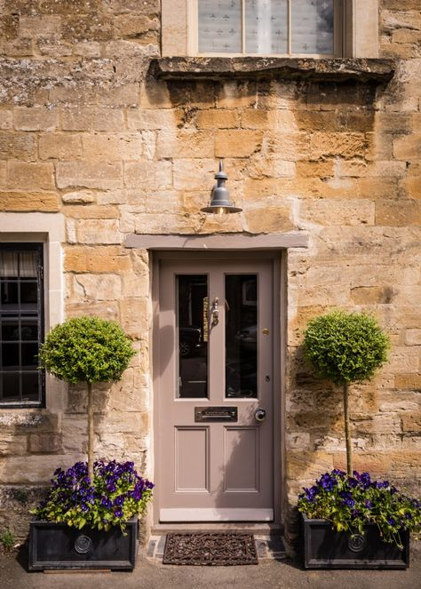 This luxury self-catering cottage in the Cotswolds is set in the heart of Burford in Oxfordshire. Little Scarlet offers lovers a romantic retreat for a stolen weekends and holidays in the rolling countryside.