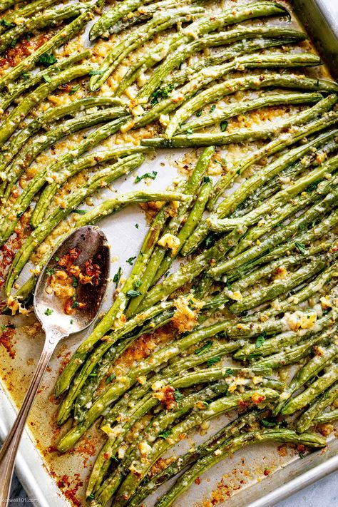 Roasted Garlic Parmesan Green Beans - - Roasted Garlic Parmesan Green Beans – Looking for the perfect side for your meal? These epic roasted garlic parmesan green beans are crispy and golden on the outside, yet tender on the inside…. Side Dish Recipes, Veggie Recipes, Cooking Recipes, Healthy Recipes, Green Vegetable Recipes, Vegetarian Recipes Green Beans, Recipe Using Green Beans, Easy Side Dishes, Fresh Green Bean Recipes