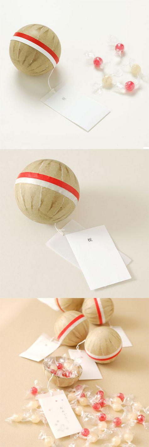 【紅白花火玉お菓子 紅白飴(中川政七商店)】/紅白の飴を詰めた打ち上げ花火の玉に、紅白のマスキングテープを巻きました。お祝い事のお配りものなどに。 吊り札に入っているカードは抜き出すことが出来ますので、お贈りする方へのメッセージなどもお書きいただけます。 また、名刺サイズのカードを差し込むこともできますので、オリジナルのメッセージカードなどを作って入れていただくのもおすすめです。  #package #weddinggift #gifts