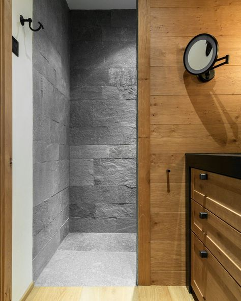 Dusche im Badezimmer mit Wänden und Boden aus Hellas Quarzit - sauna im badezimmer