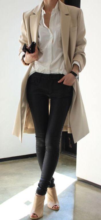 Acheter la tenue sur Lookastic: https://lookastic.fr/mode-femme/tenues/manteau-brun-clair-chemise-de-ville-jean-skinny-noir-bottines/4082 — Bottines en cuir découpées beiges — Jean skinny en cuir noir — Chemise de ville blanche — Manteau brun clair