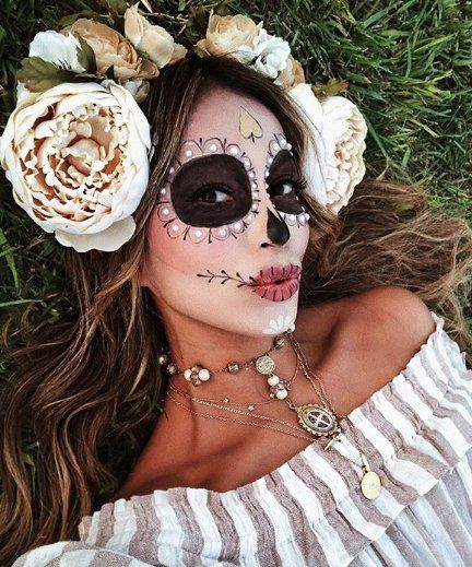 Are you looking for inspiration for your Halloween make-up? Browse around this website for cute Halloween makeup looks. Catrina Costume, Sugar Skull Costume, Sugar Skull Makeup, Sugar Skull Halloween Makeup, Skeleton Makeup, Sugar Skulls, Cute Halloween Makeup, Halloween Makeup Looks, Halloween Outfits