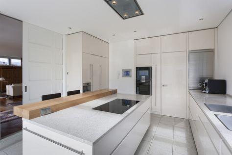 Küche weiß hochglänzend mit Altholz von Atelier für Küchen - interieur in weis und marmor blockhaus bilder
