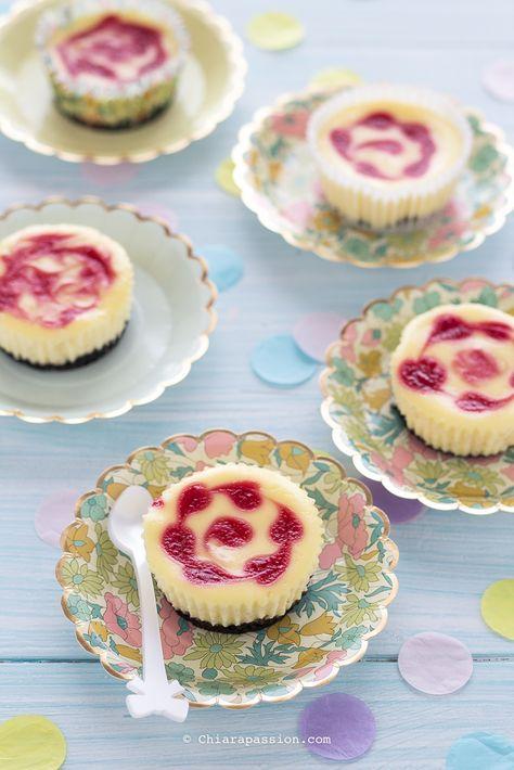 Le mini cheesecake marmorizzate ai lamponi sono un vortice di freschezza e bontà, perfette per i party Fashion di Gusto! Queste cheesecake oltre ad essere ottime sono anche super pratiche: ognuno prende la sua porzione senza dover tagliare nulla, vanno via in un boccone. La base si realizza con i