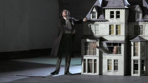 I Puritani von Vincenzo Bellini in der Spielzeit 2015/16. Ein schlechter Trailer zu einer tollen Aufführung... (Video des Oper Stuttgart; Lizenz: Standard-YouTube-Lizenz)