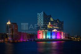 Elbphilharmonie In Regenbogenfarben Beleuchtet Hafen City Hafenrundfahrt Hamburg Hamburg