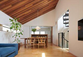 ノイズ のない空間が引き立てる素材や家具 ハウス 住宅 隣家