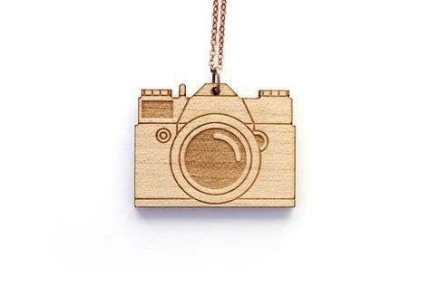 Collier appareil photo en bois - pendentif en érable : Collier par lesfollesmarquises