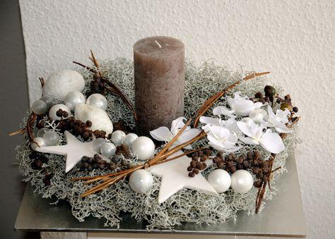 Individuell und üppig gestalteter Kranz, Durchm. 40 cm in grau-weiß gehalten 1 braune Kerze, 1 Teller quadratisch silber (Kunststoff)