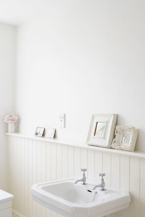 5 Einfache Tipps Die Eure Badezimmer Verschonern Werden Wir Verraten Wie Man Zusatzlichen Stauraum Schafft Mini Bader Gross Rau Beadboard Badezimmer