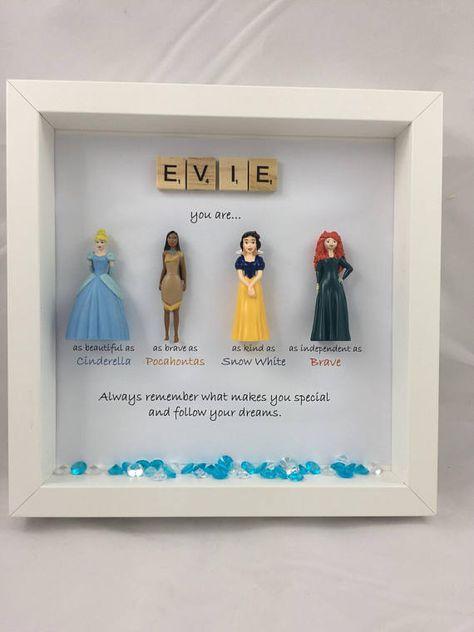 Ein einzigartiges persönliches Geschenk für einen Disney Fan - Prinzessinnen und ihre besten Freunde! Lassen Sie sie wissen, wie besonders sie sind mit diesem perfekten Geschenk, das garantiert ein Lächeln auf ihr Alter zu bringen. Ich bin immer glücklich, also zu empfangen, wenn