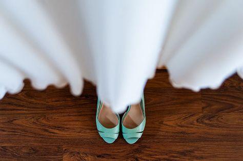 Blauwe trouwschoenen. We <3 // Fotograaf: Trouwtrendy // Girls of honour