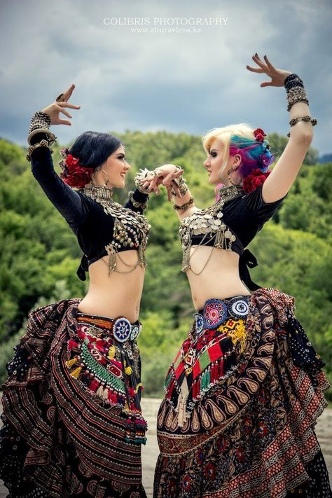Colibris Photography / American Tribal Style (ATS) belly dance The skirts> Tribal Fusion, Tribal Mode, Tribal Style, Dance Oriental, Estilo Tribal, Belly Dancing Classes, Tribal Belly Dance, Belly Dance Costumes, Dance Photos