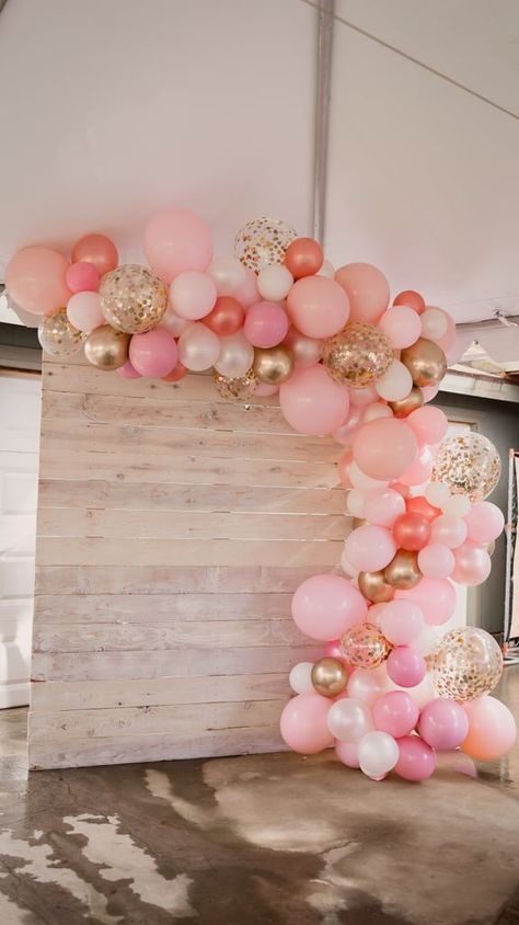 "Cheap Home Decor You Can Never Go Wrong With a Little Pretty in Pink Baby Shower Especially When There's a ""Mom-osa Bar"".Cheap Home Decor You Can Never Go Wrong With a Little Pretty in Pink Baby Shower Especially When There's a ""Mom-osa Bar"" Deco Baby Shower, Baby Girl Shower Themes, Girl Baby Shower Decorations, Gold Baby Showers, Baby Shower Princess, Baby Shower Balloons, Shower Party, Baby Shower Parties, Party Party"
