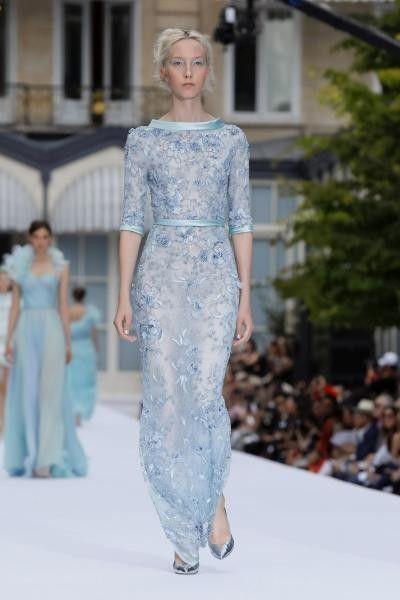 موديلات فساتين خطوبة باللون الأزرق 2020 مجلة سيدتي يعد اللون الأزرق من أبرز الألوان الرائجة ليوم الخطوبة حيث يتسم بالنع Ralph And Russo Fashion East Fashion