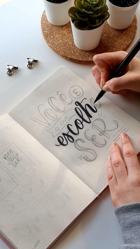 """Nesse post mostro o processo de finalização de um lettering, vou detalhar aqui as canetas que usei e com quais técnicas e estilos.⠀⠀⠀⠀ Para as palavras """"você"""" e """"ser"""" escolhi fazer letras com variação de espessura usando a caneta de ponta porosa da Faber Castell. Já para a palavra """"escolhe"""" usei a técnica de brush lettering com bounce e a caneta de brush da Cis. E encaixei as outras palavras no layout tentando manter uma boa harmonia na arte. #handlettering #brushlettering #lettering#letteringbr"""