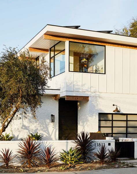 Check out this spectacular West Coast home by Barta Interiors, a beautiful mid-century home with a modern touch that will really catch your eye. This house shows off its artistic architecture and stunning details that make it an amazing California Casa. Midcentury Modern, Danish Modern, Midcentury Windows, Design Exterior, Modern Exterior, Interior Modern, Modern Furniture, Simple House Exterior, Cafe Exterior