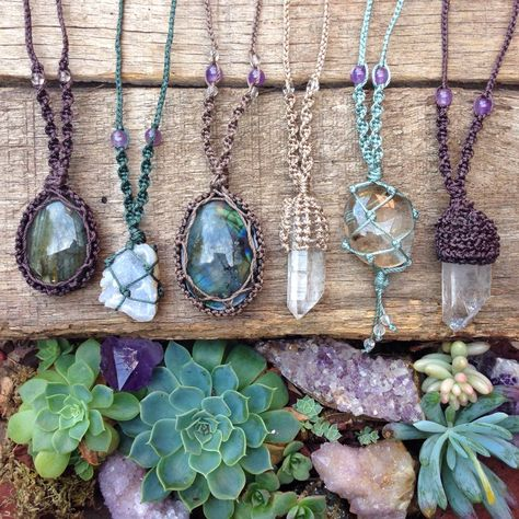 Synergetic Creations (Perfect for my Hag Stones! Macrame Colar, Macrame Necklace, Macrame Jewelry, Diy Necklace, Wire Jewelry, Jewelry Crafts, Hemp Necklace, Jewellery, Wire Earrings