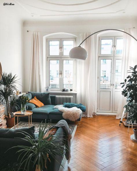 Global Chic! Dieser reduzierte Ethno-Look in sanften Farben sorgt für einen Erwachsenen Weltenbummler-Look in Deinem Zuhause. Sanfte Farben, klare Linien und einzigartige Deko-Pieces sorgen für einen trendigen Mix der zwei Stil-Formen Boho & Modern. Einfach perfekt!📷:@fridlaa // Wohnzimmer Altbau Sofa Couchtisch Fell Beige Weiss Grau Leuchte Pflanzen Deko Fenster Gelb Teppich Parkett Modern Skandinavisch Boho #Wohnzimmer #Wohnzimmerideen #Altbau #Boho #Skandinavisch #Sofa