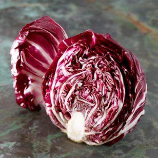 Der rote Radicchio eignet sich nicht nur aufgrund seiner kräftigen Farbe sondern auch wegen seines bitter-herben Geschmacks besonders für Mischungen mit anderen Salatsorten.
