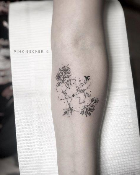 Tatuagem criada pela tatuadora brasileira Pink Becker de São Paulo. Clique para entrar em contato com a artista e veja outros trabalhos dela. #tattoo #tatuagem #delicada #art #arte #vacancesdessin