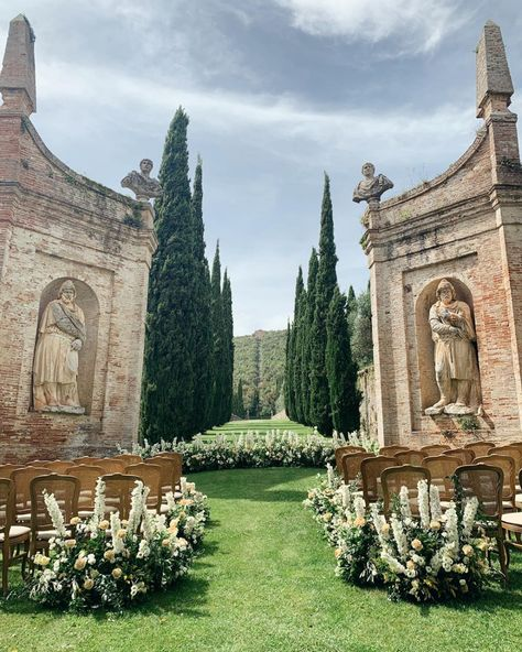Can't get over today's absolutely stunning ceremony location here in Tuscany 🌿. Beautiful styling and planning by with… Tuscany Wedding Venue, Italian Wedding Venues, Italy Wedding, Italian Weddings, Lake Como Wedding, Dream Wedding, Wedding Hair, Spring Wedding, Destination Wedding Invitations
