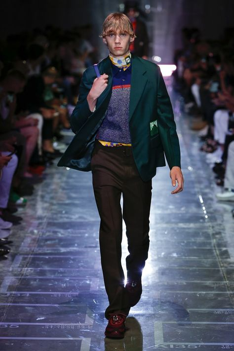 Prada Spring 2019 Menswear collection, runway looks, beauty, models, and reviews.