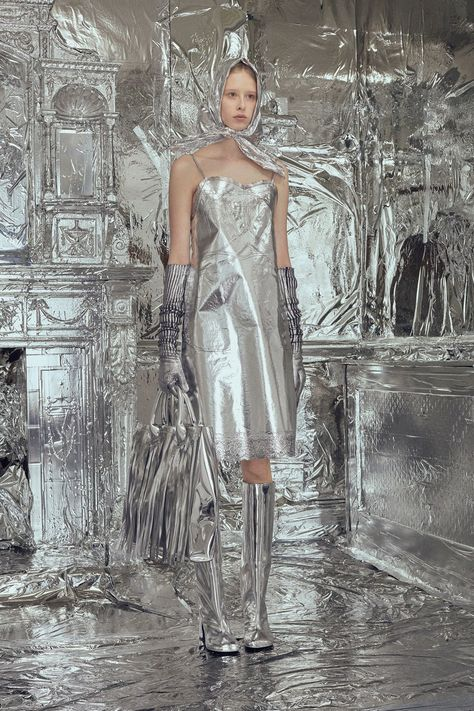 MM6 Maison Margiela Fall 2018 Ready-to-Wear collection, runway looks, beauty, models, and reviews.