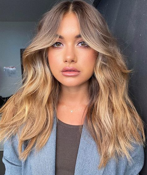 Texture and curtain bangs Eden Kannourakis 😍 Best Picture For curtain bangs lob For Haircuts For Wavy Hair, Cool Hairstyles, Hairstyle Ideas, Round Face Bangs, Round Face Hairstyles Long, Haircut Wavy Hair, Round Face Bob, Medium Hair Round Face, Short Hair With Bangs For Round Faces