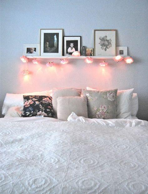 Aménagement chambre ambiance romantique Décoration belle chambre simple avec guirlande lumineuse