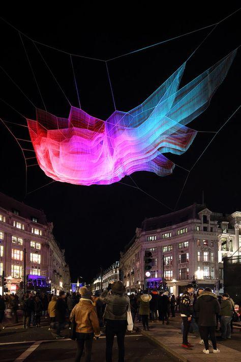 Janet Echelma suspende una escultura de red sobre Oxford Circus en Londres