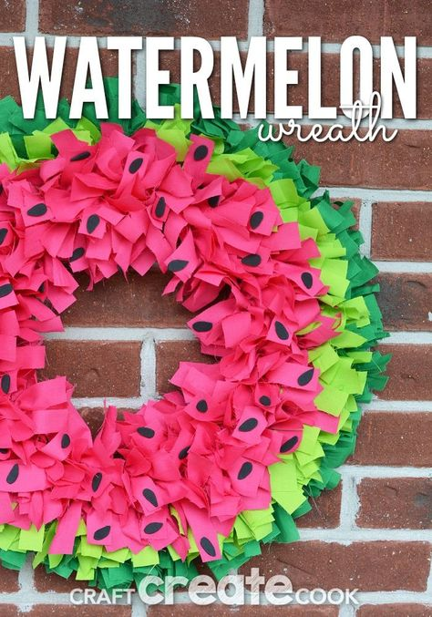 Nothing says summer like this easy watermelon wreath! Nothing says summer like this easy watermelon wreath! Watermelon always reminds me of summer. No matter where you go, you see a watermelon -- on sale at the grocery store, at the neighbor's bbq, or Felt Wreath, Fabric Wreath, Tulle Wreath, Wreath Crafts, Diy Wreath, Wreath Ideas, Wreath Making, Couronne Diy, Watermelon Crafts